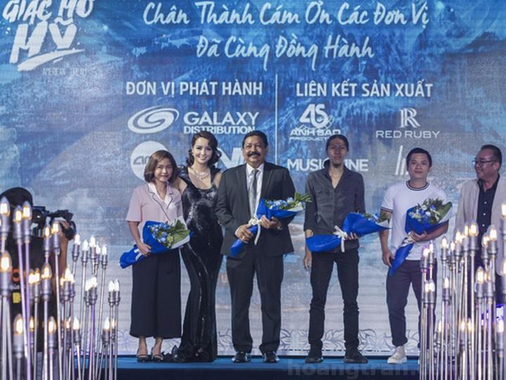 DVĐA Mai Thu Huyền - đại diện nhà sản xuất trao hoa tri ân cho các đơn vị đồng hành