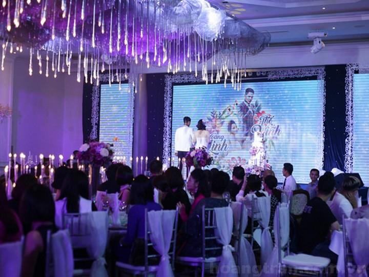 Cảnh quay cuối cùng của bộ phim trong không gian tiệc cưới lung linh ánh đèn