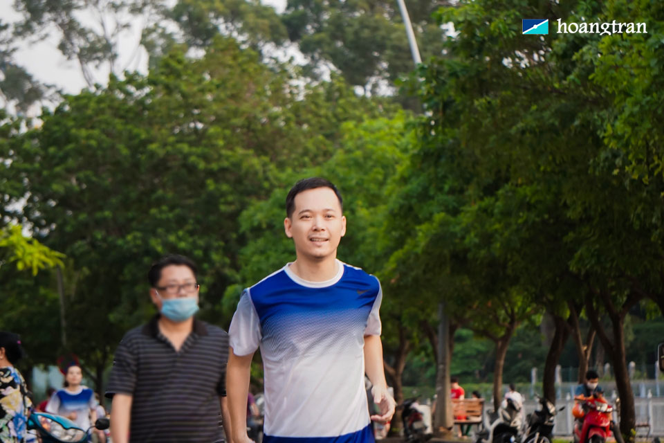 Giám đốc Trần Ngọc Bình tiên phong xuất phát đầu tiên trogn toàn bộ vận động viên tham gia. Anh là người có những đóng góp lớn nhất cho sự ra mắt phong trào chạy bộ này.
