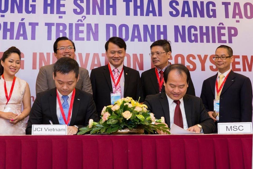 Ông Trần Ngọc Bình là đại diện trong buổi kí kết hợp tác giữa JCI VietNam và MSC