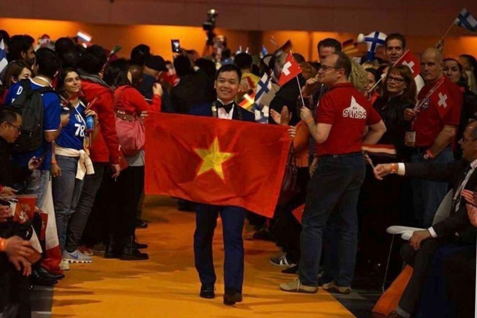 Hình ảnh ông Trần Ngọc Bình và cờ đỏ sao vàng Việt Nam trong buổi giao lưu thủ các thủ lĩnh trẻ nhiều quốc gia